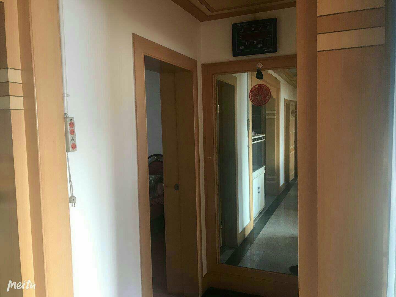 人民街区3楼三室两厅一卫带18平地下室45万出售