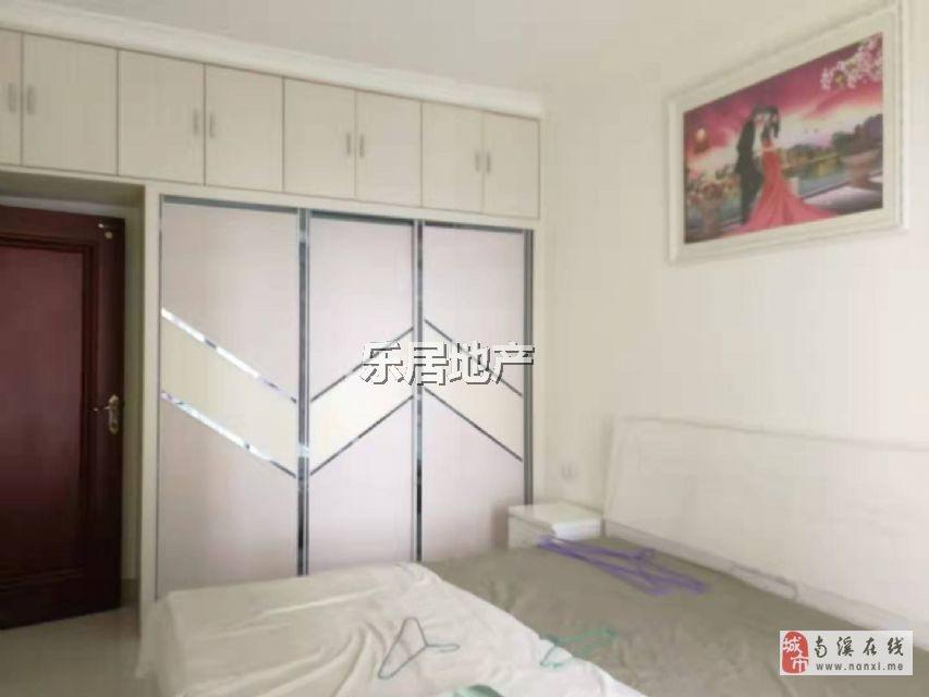三室,电梯精装修,送楼下产权车位一个,价格美丽.