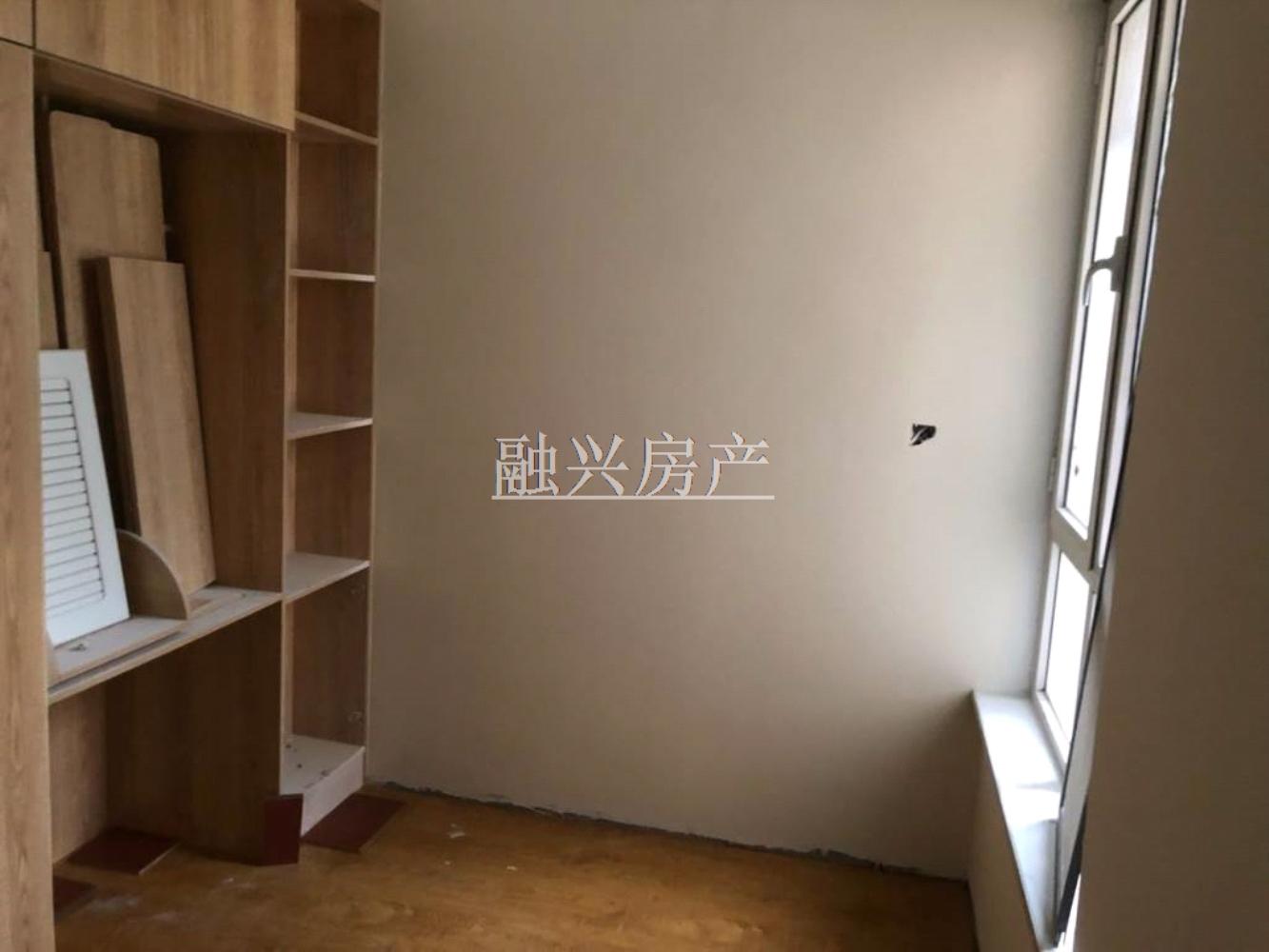 东阳城1楼88平 车库改水电暖气 精装双证89万