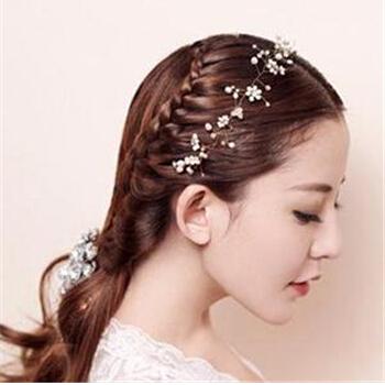 这款是中长发新娘发型,简单的鞭子造型,外加一些满天星,好似天女图片