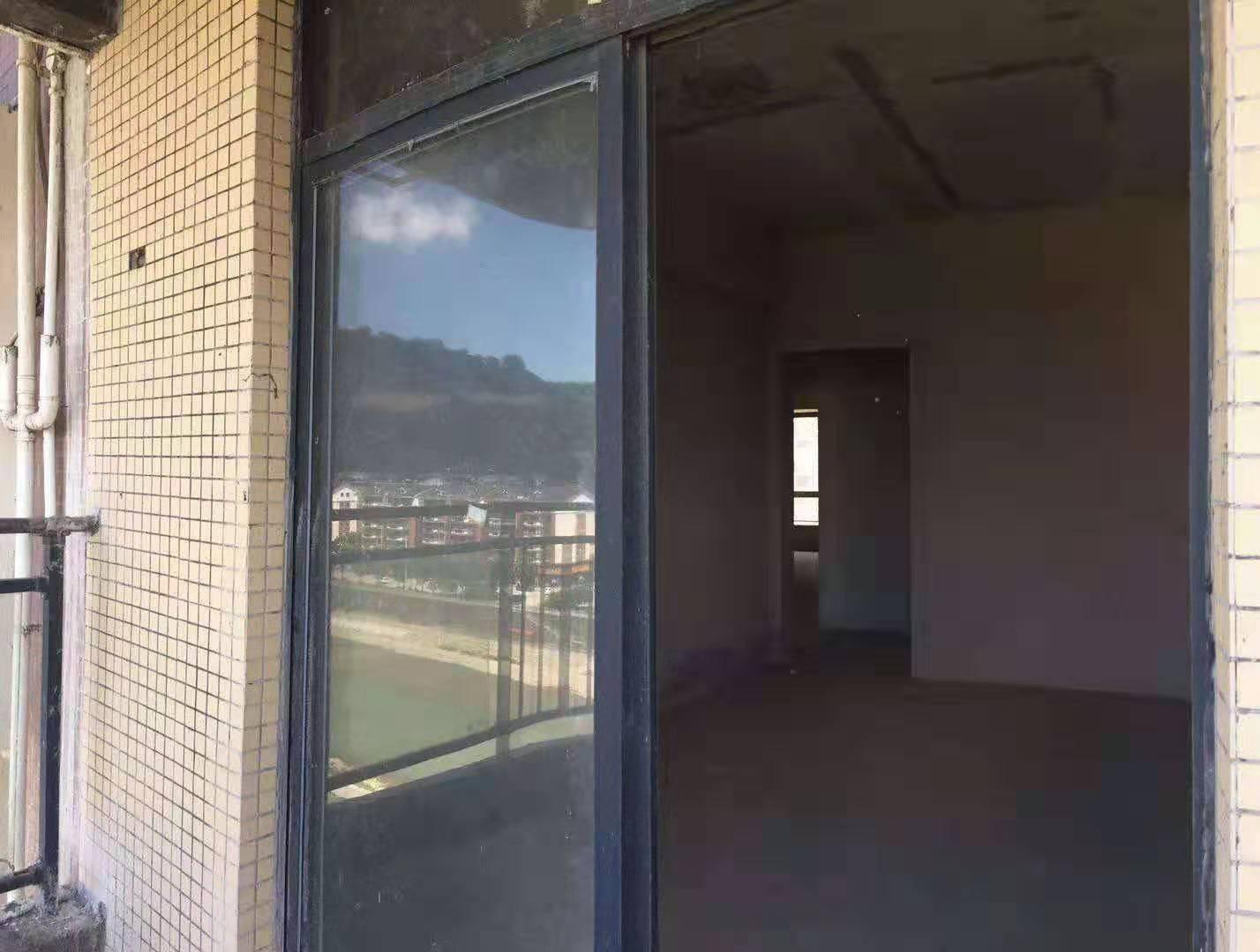 滨江花园3室 2厅 2卫56.8万元