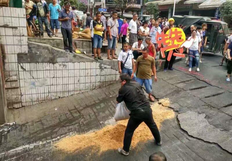 保靖商贸中心路口群众摔伤